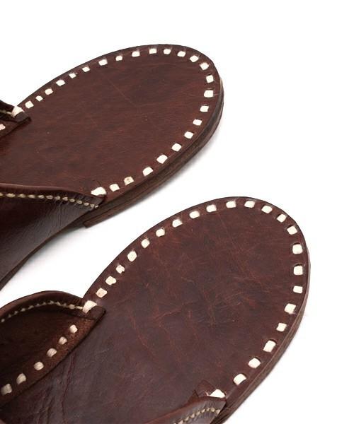 窮屈でムレる革靴から解放されたい! オフィスで使えるルームシューズ 3番目の画像