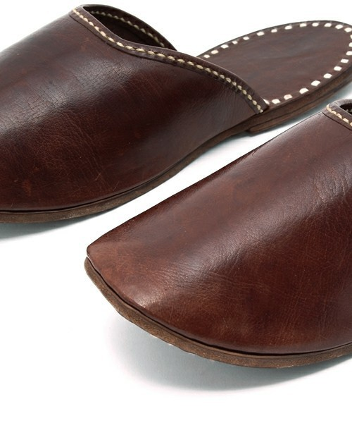 窮屈でムレる革靴から解放されたい! オフィスで使えるルームシューズ 1番目の画像