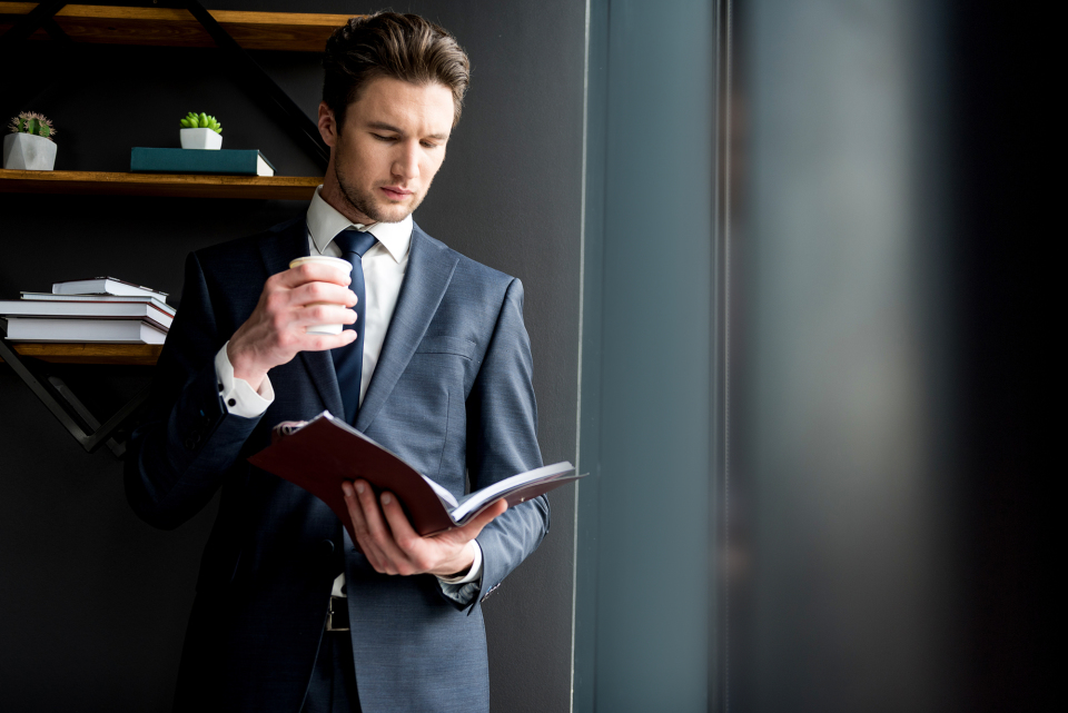 スーツ姿を格上げするヘアスタイル必勝講座。お洒落ビジネスマンは、ヘアスタイルでキメる。 1番目の画像