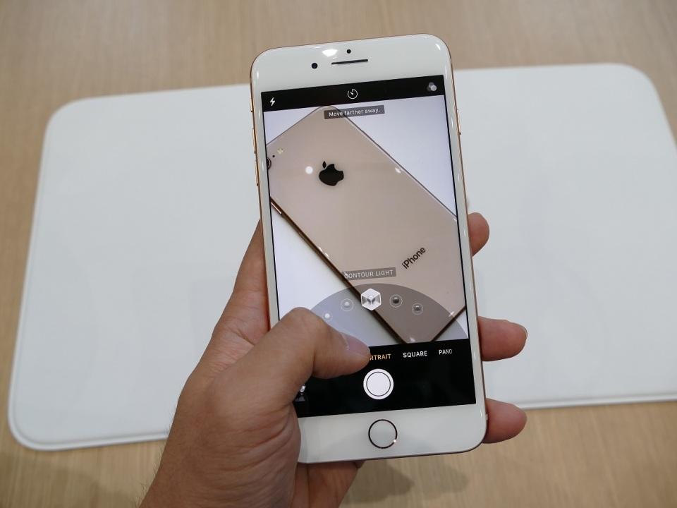 【現地写真】アップル、5.8型有機EL搭載の10周年記念モデル「iPhone X」を発表! 8番目の画像