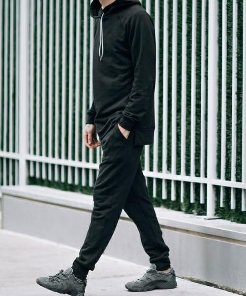 """俄然流行中の""""ジョガーパンツ""""色別メンズコーデ24選:トレンドアイテムを着こなして時代に乗れ! 4番目の画像"""