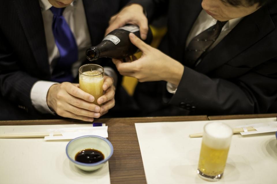 デキる大人の常識!上司・取引先との飲み会で恥をかかない「お酌」のマナー【ビール・ワイン・日本酒】 2番目の画像