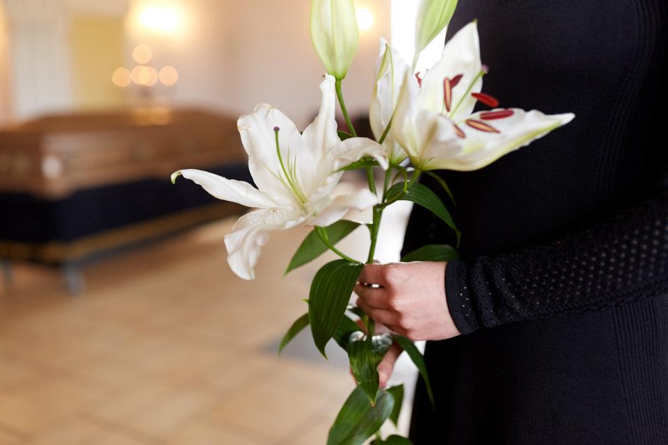 【シーン別】会社関係の葬式の受付で名刺を差し出す際のマナー 1番目の画像