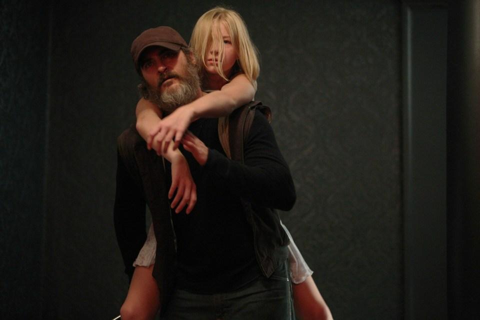 「ビューティフル・デイ」右手にハンマー左手に鎮静剤を持った必殺仕事人演じるホアキン・フェニックスがやばい! 2番目の画像