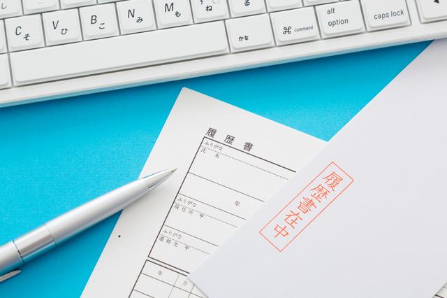 三つ折りの履歴書を封筒に入れるときの正しい向きは?履歴書の三つ折り方法・入れ方を解説 3番目の画像