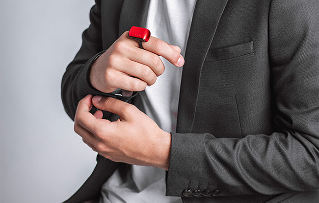 まるでスパイ映画の主人公!? 指を耳にあてるだけで通話できるボイスアシスタント「ORII」登場 2番目の画像
