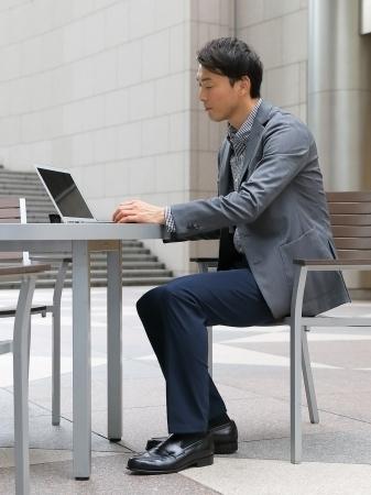 """""""座る""""を快適にするパンツ?野球ユニフォームを応用して膝へのストレスを軽減  1番目の画像"""