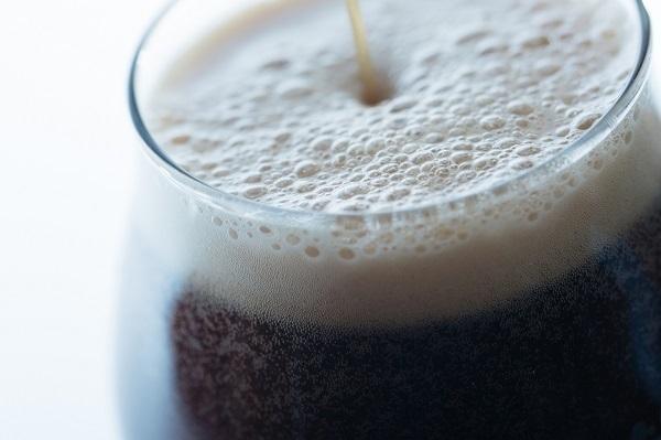 コオロギを原料に使った「コオロギビール」が誕生、クリーミーな口当たりに重厚感ある味わい 3番目の画像