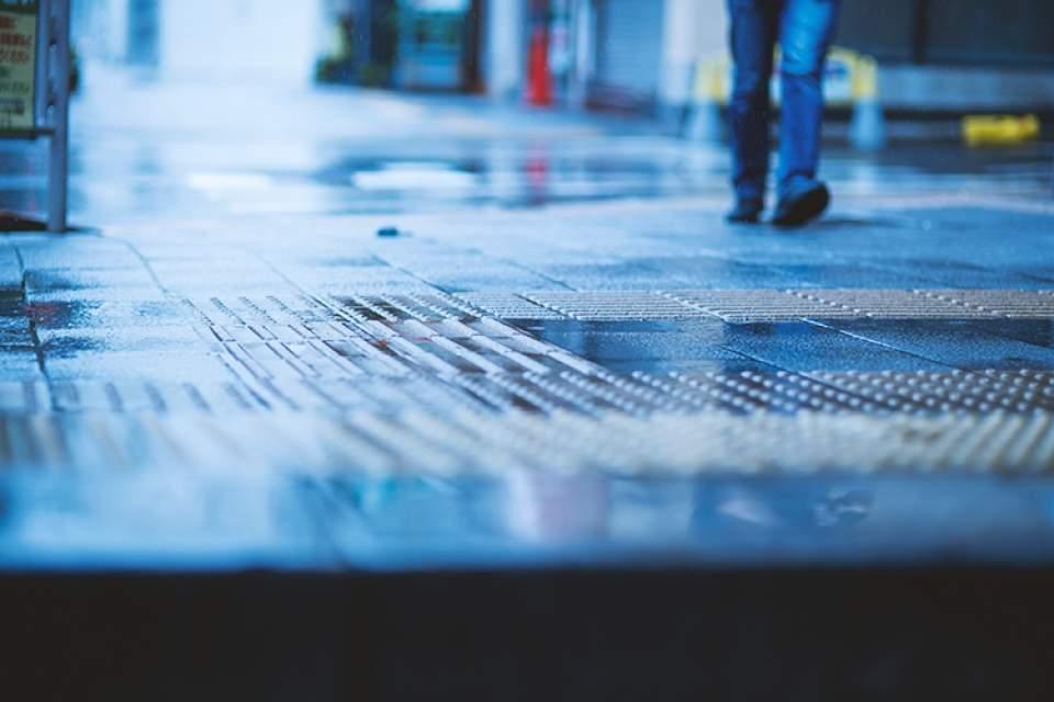 【雨の日に靴が濡れない方法】傘のさし方・歩き方を変えるだけで雨はカンタンに防げた 1番目の画像