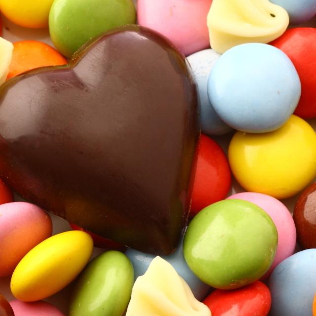 義理チョコの相場や、会社の男性に喜ばれるおすすめチョコを紹介!働く女性必見の職場バレンタイン特集
