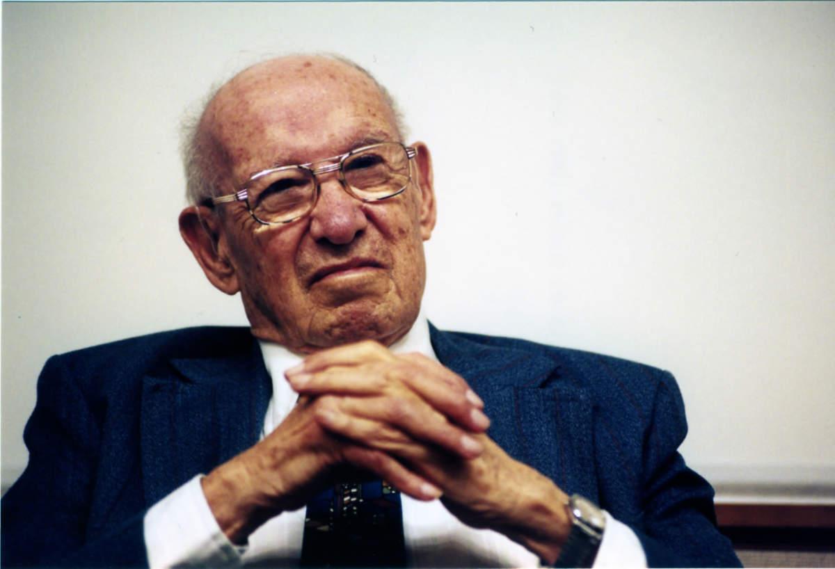 現代経営学の創始者、ピーター・ドラッカーの名言11選:「業績を上げる最大のカギは責任感だ」