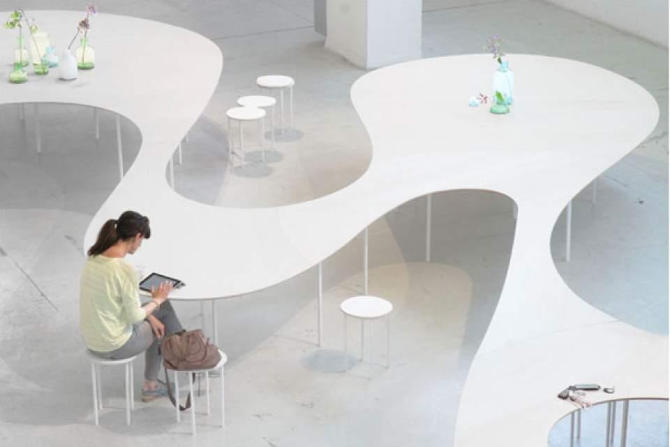 置くだけでスマホの充電が可能!オランダが生んだ驚きの会議用テーブル「Cloud Table」 1番目の画像