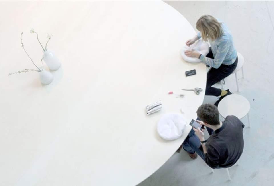 置くだけでスマホの充電が可能!オランダが生んだ驚きの会議用テーブル「Cloud Table」 3番目の画像