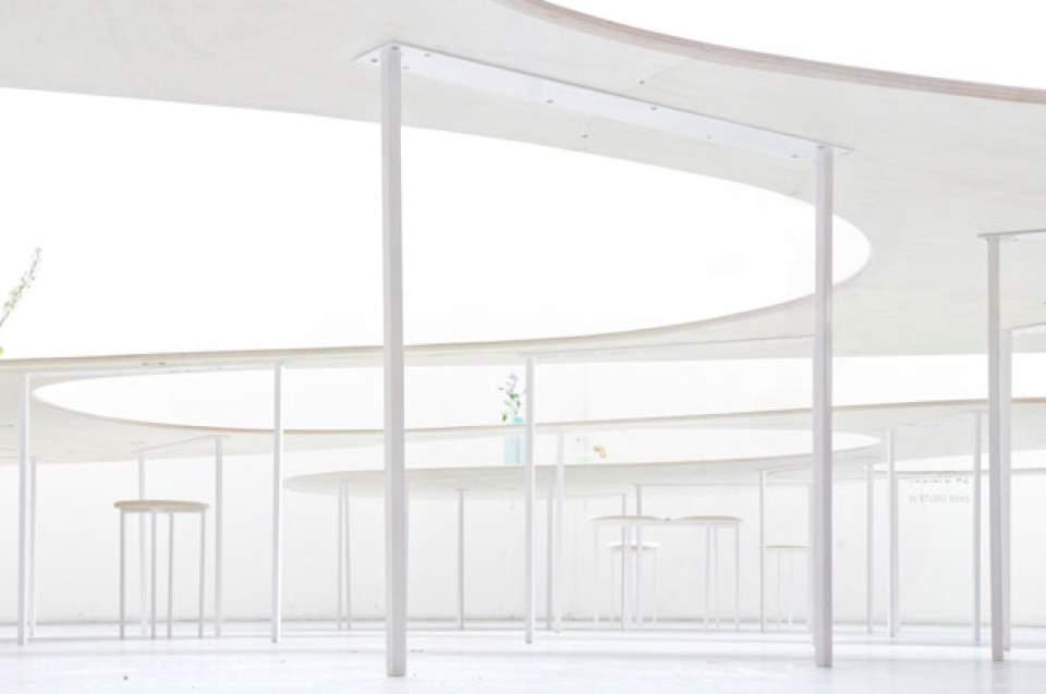 置くだけでスマホの充電が可能!オランダが生んだ驚きの会議用テーブル「Cloud Table」 4番目の画像