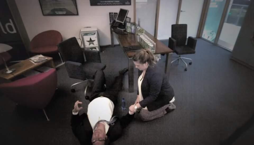 「手を握られ、面接官が倒れ、救助活動に立ち向かう」世界中が驚愕したハイネケンのドッキリ採用面接 7番目の画像
