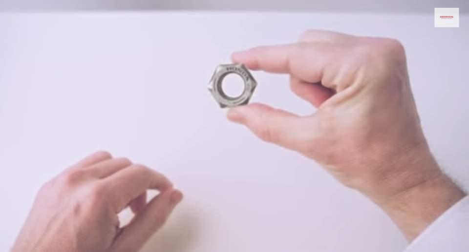 """ナットからロボットまで―ホンダの65年を2分間で振り返る話題のCM「Honda """"Hands""""」 1番目の画像"""
