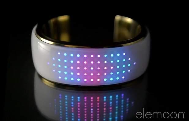おしゃれで幻想的なライト。服に合わせてカラーを変えるブレスレット型デバイス「elemoon」 1番目の画像