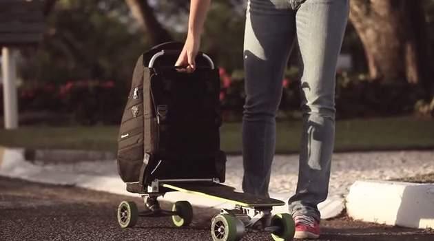 リュックに乗って移動!?変形して電動スケートボードに早変わりする「Movpak」がカッコいい 1番目の画像