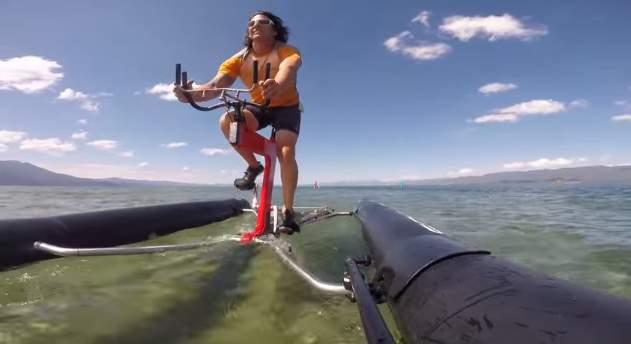 自転車が水上を走ってる!?まるで自転車を漕ぐように水上を移動出来るボート型自転車「the X1」 1番目の画像
