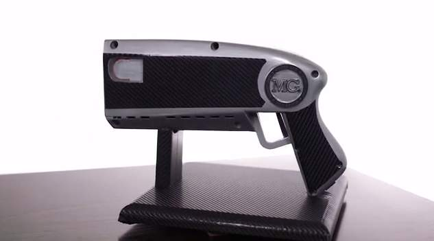銃にお札をセット、引き金を引くと噴射!おバカなおもしろガジェット「The Money Gun」 2番目の画像