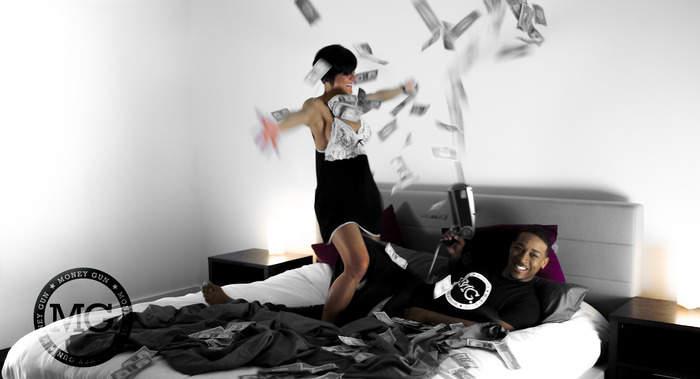 銃にお札をセット、引き金を引くと噴射!おバカなおもしろガジェット「The Money Gun」 8番目の画像
