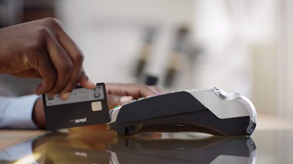 あらゆるカードの情報を集約する電子カード「plastc」があれば財布は要らなくなるかもしれない。 6番目の画像