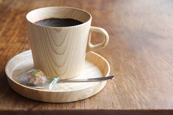 不思議と落ち着く木の温もり。リラックスタイムはどこか優しい木製マグカップで。 1番目の画像