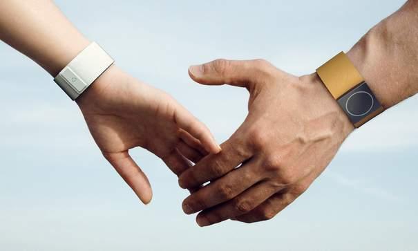 てんかんと上手くつきあう。疲労度をモニターし、いつでも知らせてくれるデバイス「Embrace」 1番目の画像