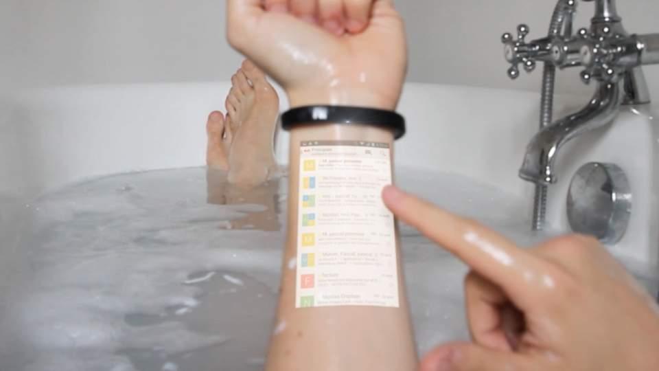 スマホはもう必要なくなるかも? 腕をディスプレイにする超小型ウェアラブルデバイスが登場 1番目の画像