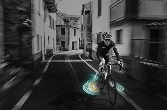 これで夜道の自転車事故も減らせる? 好きな映像を地面に投影できるバックライト「&B」 1番目の画像