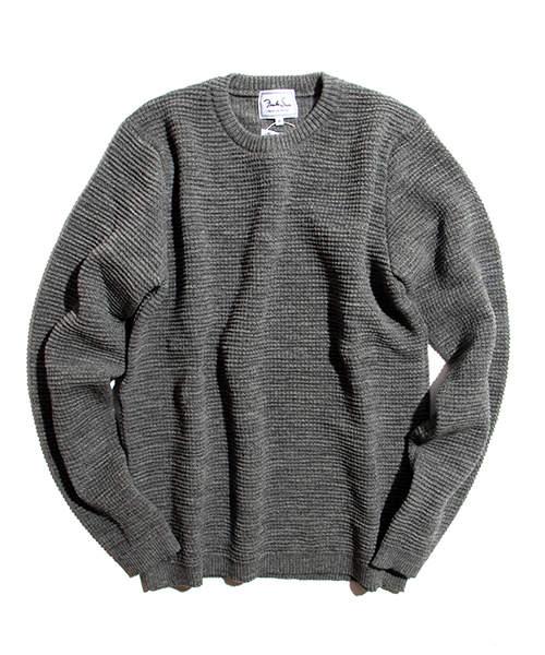 冬定番のクルーネックニット。ボタンダウンシャツと合わせて重ね着してもすっきりスマートに 4番目の画像