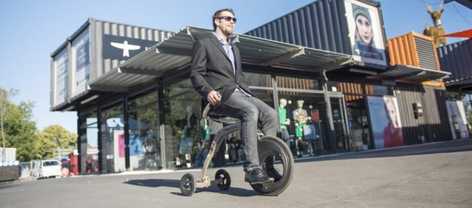 これぞ未来の乗り物。座ったままの感覚で操縦できる新型電動スクーター「YikeBike」 1番目の画像