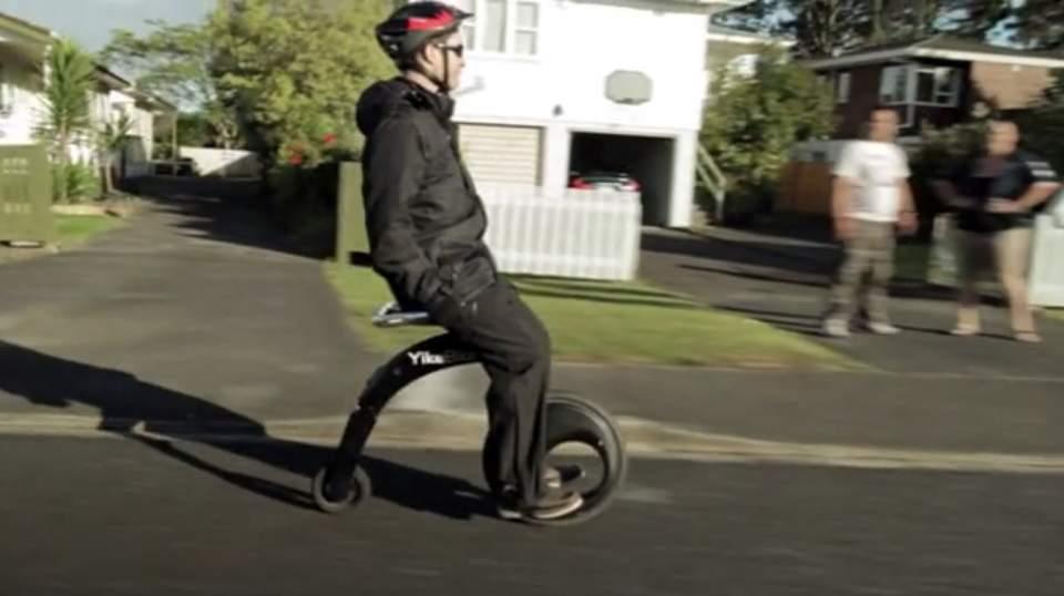 これぞ未来の乗り物。座ったままの感覚で操縦できる新型電動スクーター「YikeBike」 3番目の画像