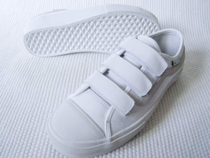 白い靴でシンプルに生きる。スタイリッシュな白スニーカー3選 3番目の画像