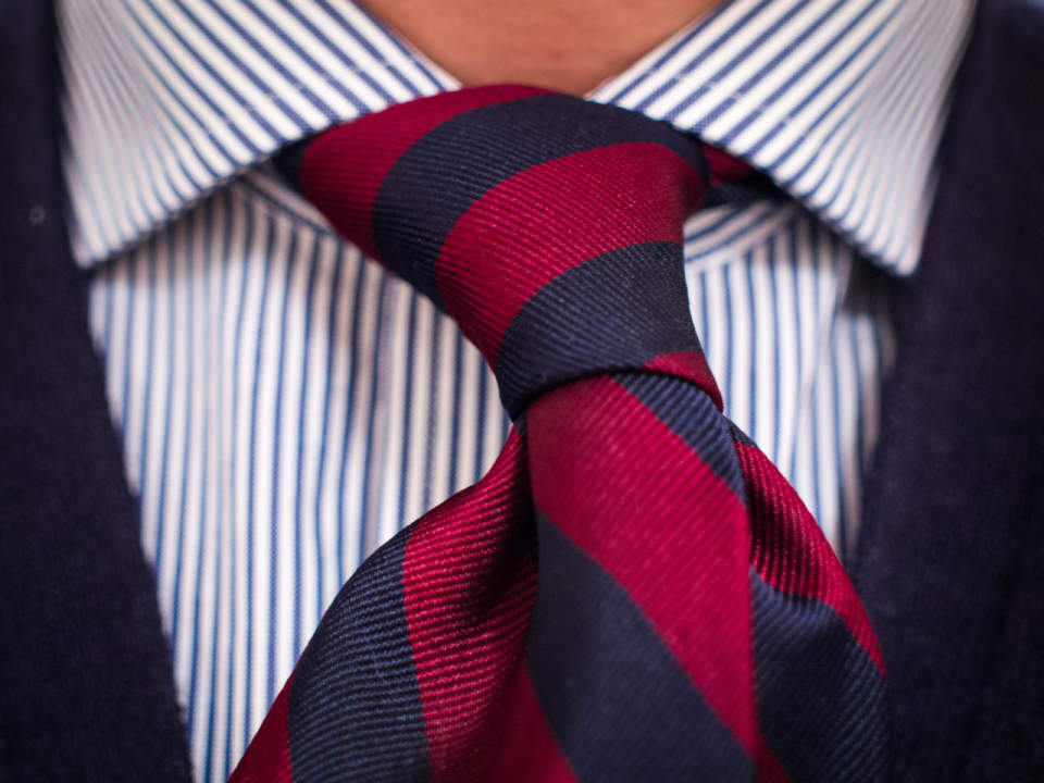 春の流行色を取り入れたストライプ柄のネクタイに挑戦。今っぽさを意識したVゾーンで周りに差をつける 1番目の画像