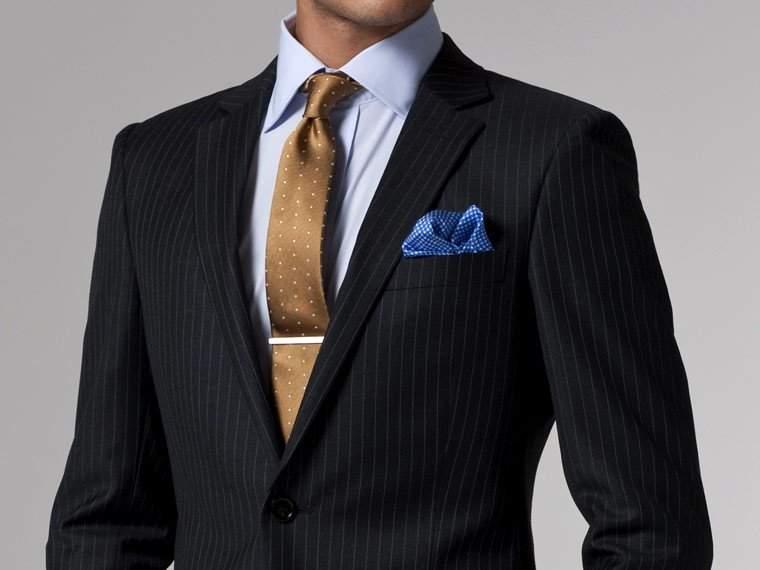 意外と頭を悩ませる「ブラックスーツ」のVゾーンコーデ。王道の組み合わせを知れば、もう悩まない! 4番目の画像