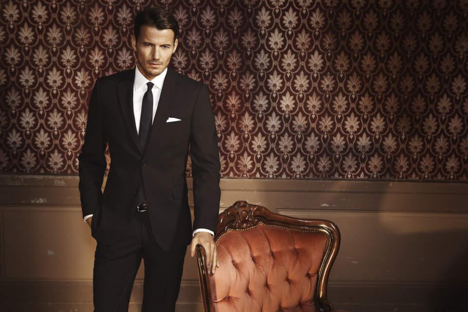スーツスタイルのシルエットを美しく。サイズ感の合った「パンツ」選びには3つのルールが欠かせない 1番目の画像