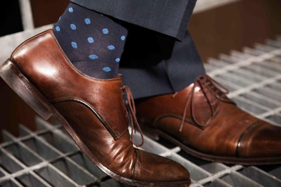 カッコいい着こなしは足元から。スーツに合わせる靴下はどういったものがベスト? 1番目の画像