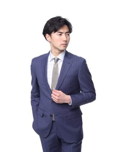 スーツスタイルも季節感を意識する。今季のトレンド「明るめのネイビースーツ」を提供するブランド3選 4番目の画像