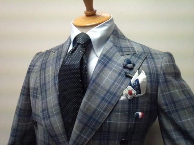スーツスタイルの体型をよく見せる裏技。柄やディテールで視覚的な変化をつけ、スタイルアップを目指す 2番目の画像
