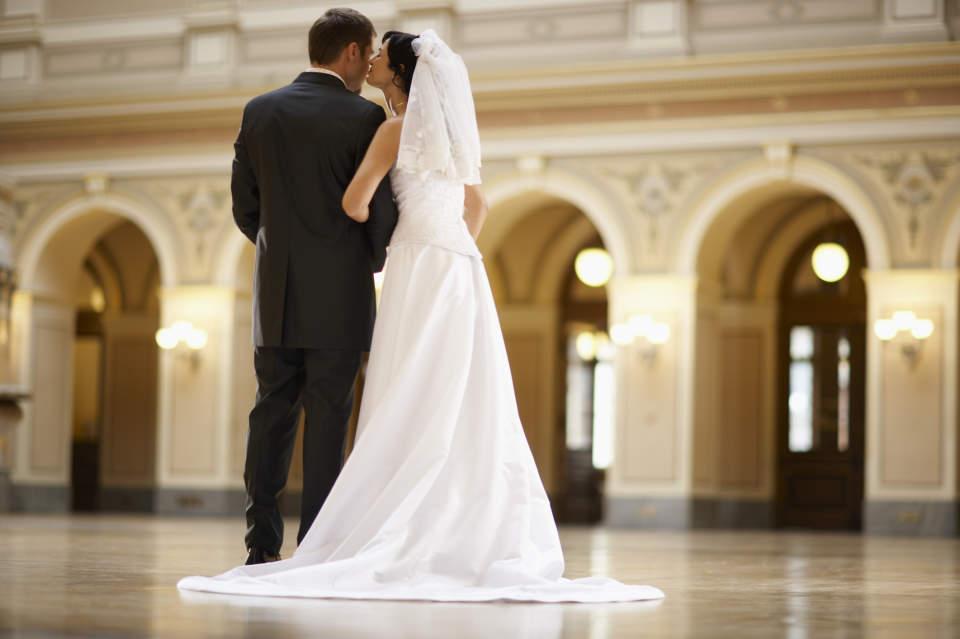 結婚式で恥をかかない大人になるために。結婚式に出席する際の正しい服装を学ぶ。 1番目の画像