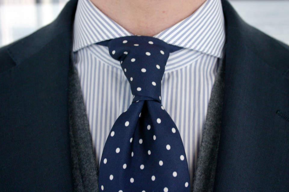 一歩差をつける遊びのテクニック。ジャケパンの決まり手はシャツとタイが織りなすVゾーンにある 1番目の画像