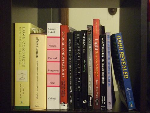 乱雑な本の山とはお別れしよう。ごちゃごちゃな本棚から開放されるための収納術 1番目の画像