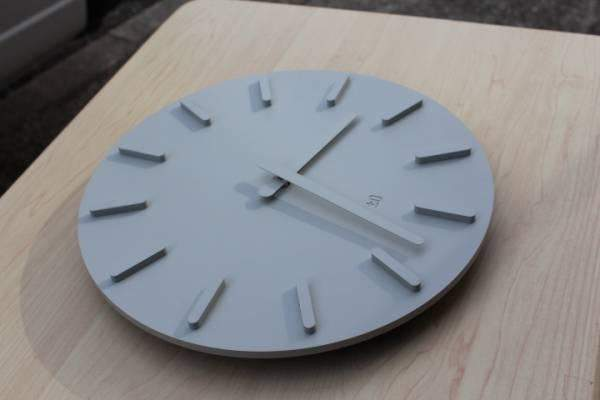 """洗練されたフォルムはまさに""""グッドデザイン""""。グッドデザイン賞を受賞したスタイリッシュな掛け時計 3番目の画像"""