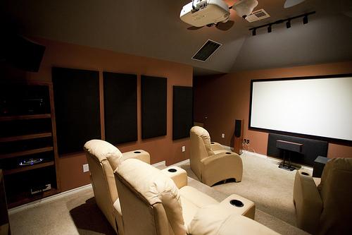 工夫をすれば狭い部屋でも小さな映画館に。ワンルームのスペースを有効活用したホームシアター 1番目の画像