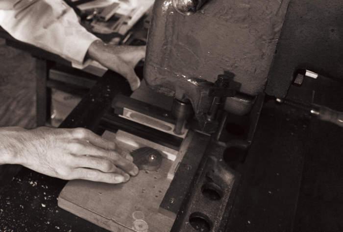 名刺入れに木の温かみを。上質なメンズの名刺入れには木製の逸品を 3番目の画像