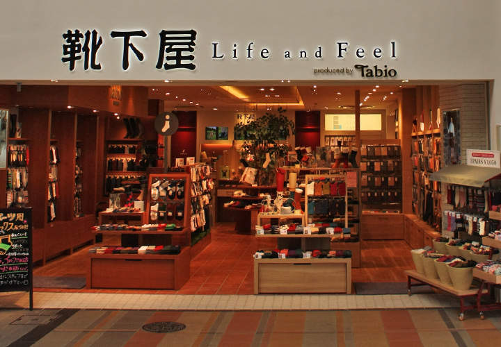 夏のスーツスタイルは足元おしゃれから。靴下屋「Tabio」が展開するおしゃれ靴下 1番目の画像