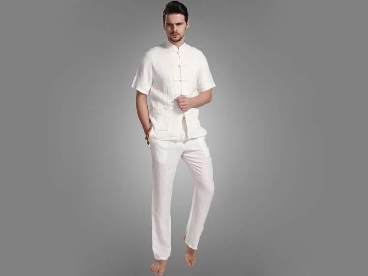 大人の白Tシャツはエレガントに。海外セレブの間で人気沸騰中「白Tシャツ」のおすすめな3枚 1番目の画像