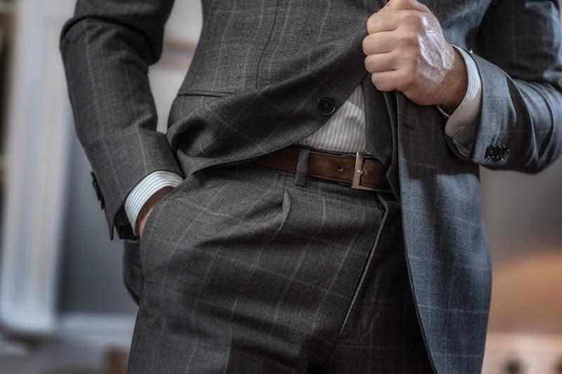 「スーツとベルト」は意外と見られてる? 真の洒落男はスーツとベルトの組み合わせから。 1番目の画像