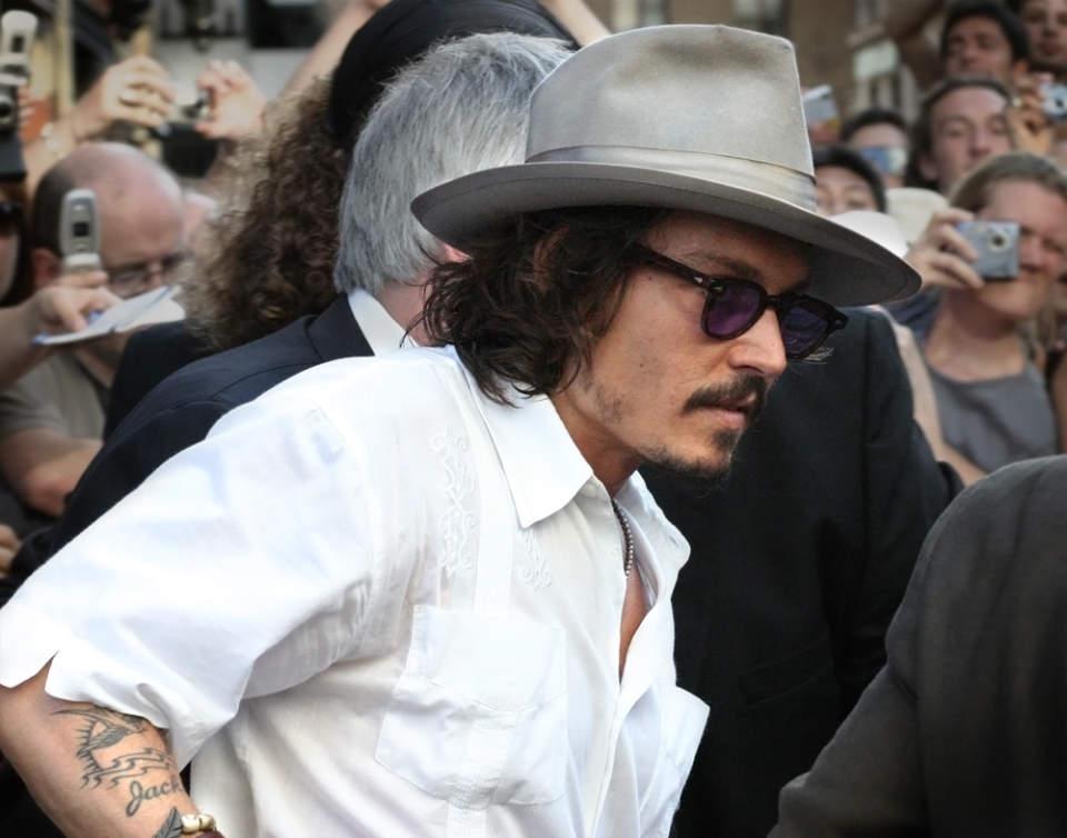 """3つのファッションスナップから見る、ジョニー・デップ流お洒落の哲学。""""お洒落""""は自分自身である 1番目の画像"""
